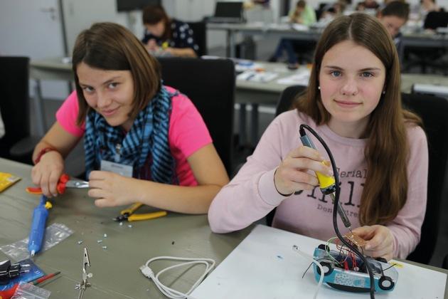 Isabelle Berger (links) und Franziska Hohmann bei der elektronischen Endmontage der USB- EDAG Light Cars.