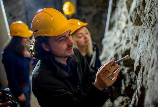 Projektleiter Niklas Underwood und Studierenden des Bachelorstudiengangs Restaurierung- und Konservierung von Kunst und Kulturgut (Foto: Thilo Schmülgen / TH Köln)