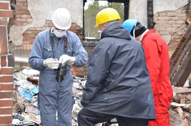 Brandexperten bei den Ermittlungen vor Ort