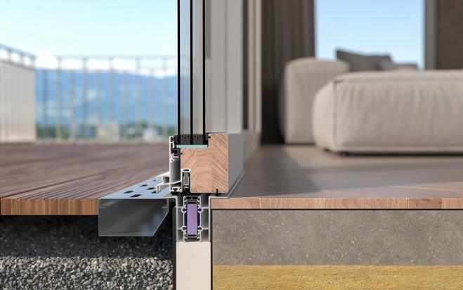 """Das innovative Dichtungssystem auf 4 Ebenen macht die Balkontür dicht: - Die äussere Schlagregendichtung weist anfallendes Regenwasser von der Tür ab - Die Senkdichtung sitzt auf der Ebene der Mitteldichtung und schliesst luftdicht ab. Die untere Schlauchdichtung auf der Flügelinnenseite verhindert, dass warme, feuchte Raumluft vom Innenraum in den Rahmenfalz gelangt - Die thermisch getrennte Aluminiumschwelle übernimmt mehrere Funktionen in den Bereichen Entwässerung und Abdichtung  Mehr Sicherheit: - Über die Verriegelungsnut in der Aluminiumschwelle greifen die unteren Schliessteile im Flügel in den Rahmen ein. Damit wird der Flügel auf der Position gehalten und der Einbruchschutz sichergestellt. Weiterer Text über ots und www.presseportal.ch/de/nr/100062374 / Die Verwendung dieses Bildes ist für redaktionelle Zwecke honorarfrei. Veröffentlichung bitte unter Quellenangabe: """"obs/4B AG"""""""