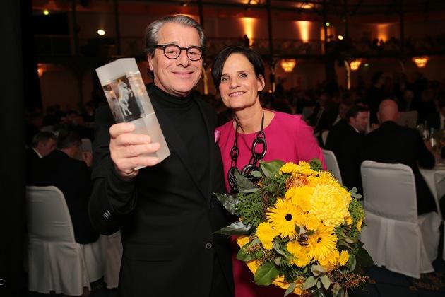 Karl Strenger, geschäftsführender Gesellschafter der Strenger Gruppe, nahm in Begleitung seiner Frau Ingrid den IWS Award für das Quartier Stuttgart City Puls entgegen. Foto: Wolfgang List