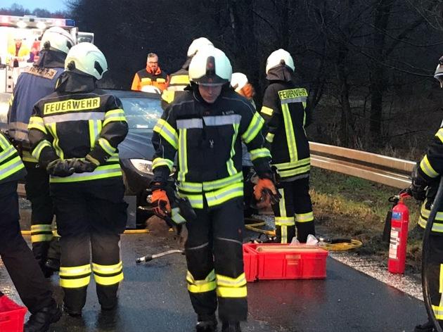 Eine technische Rettung mit hydraulischem Rettungsgerät erfordert einen hohen Personaleinsatz und eine gute Kommunikation mit dem Rettungdienst.