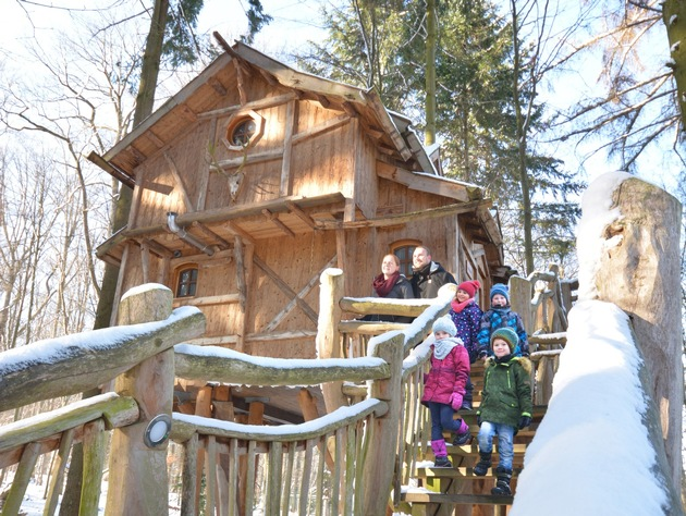 Im Natur-Resort Tripsdrill laden komfortable Baumhäuser und Schäferwagen zu außergewöhnlichen Übernachtungen ein