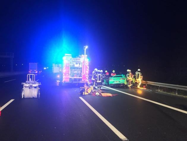 FW-NE: Verkehrsunfall mit eingeklemmter Person