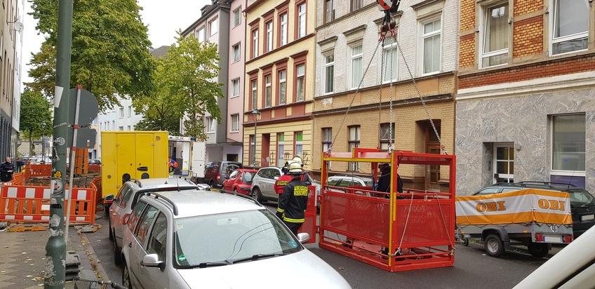 Der Personenaufnahmenkorb wird für die Rettungsaktion vorbereitet. Im Hintergrund ist der Schwerlastrettungswagen zu sehen.