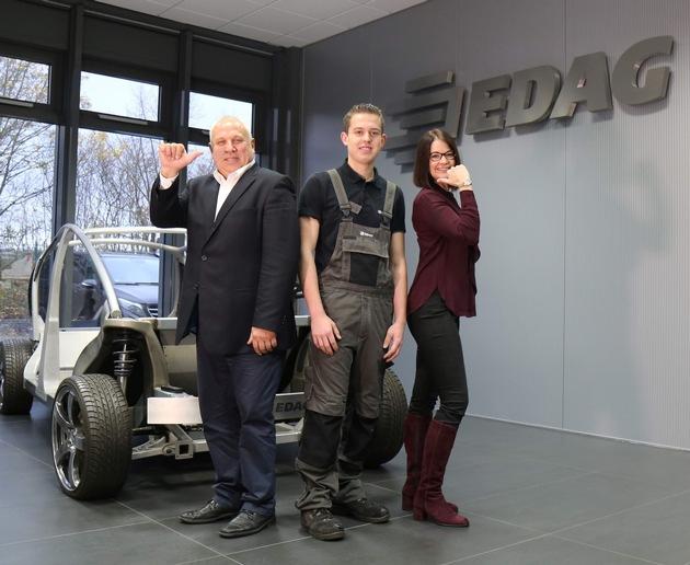 von links: Stefan Gensler (Abteilungsleiter Versuchs- und Fahrzeugbau, Maximilian Knacker,  Birthe Kuhlenbeck (Leiterin Recruiting und Ausbildung)
