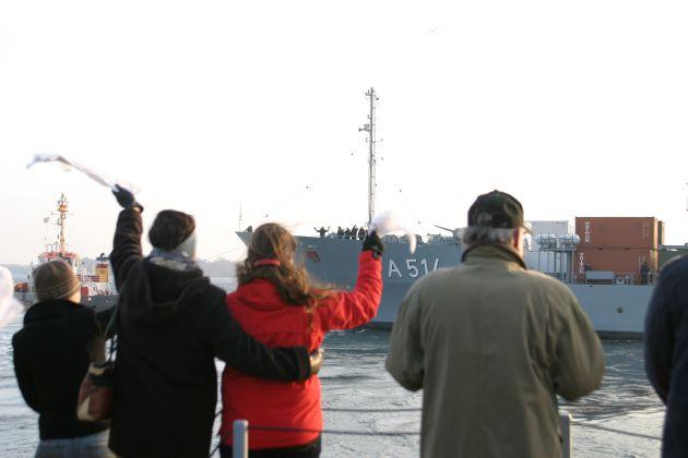Archivfoto: Nun heißt es für die Angehörigen wieder Abschiednehmen von ihren Seefahrern. Foto: Deutsche Marine.