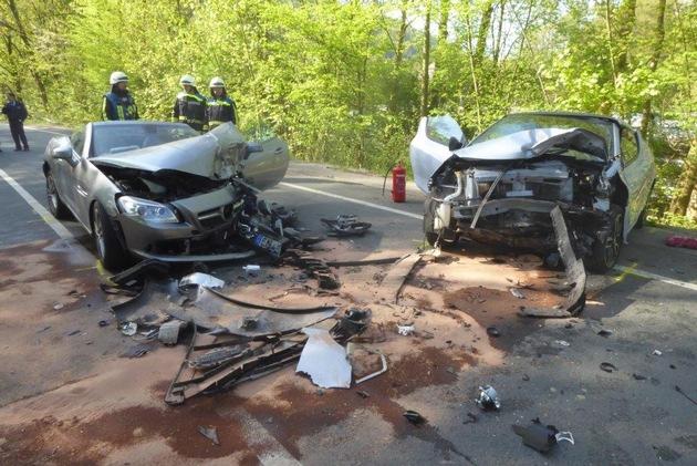 FW-EN: Schwerer Verkehrsunfall mit drei verletzten Personen