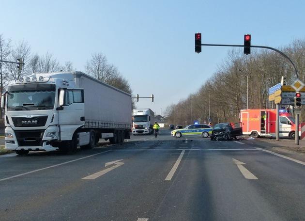 POL-MI: Kleinwagen kollidiert mit Sattelzug