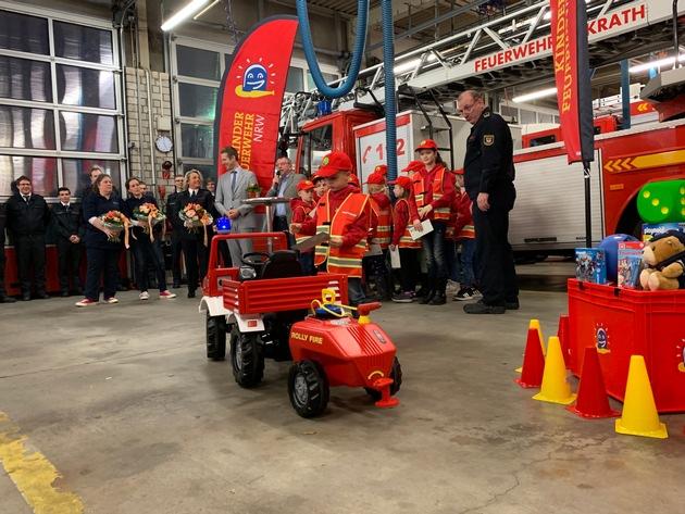 Übergabe eines Feuerwehrtretautos durch den Vorsitzenden des Fördervereins