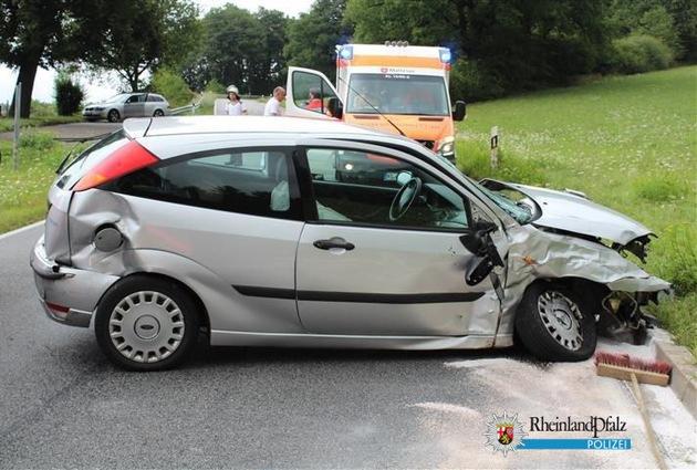 Beide Unfallfahrzeuge wurden so stark beschädigt, dass sie nicht mehr fahrbereit waren und abgeschleppt werden mussten.