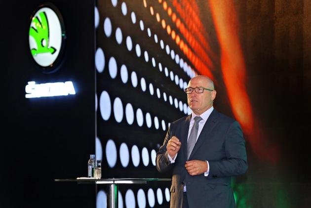 """,INDIA 2.0': Volkswagen Konzern investiert eine Milliarde Euro in von SKODA AUTO geführtes Projekt. SKODA AUTO Vorstandsvorsitzender Bernhard Maier bei der Pressekonferenz zum Projekt ,INDIA 2.0' heute in Neu-Delhi. Weiterer Text über ots und www.presseportal.de/nr/28249 / Die Verwendung dieses Bildes ist für redaktionelle Zwecke honorarfrei. Veröffentlichung bitte unter Quellenangabe: """"obs/Skoda Auto Deutschland GmbH/Gulshan Sachdeva"""""""