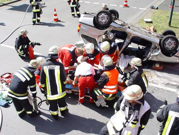 FW-E: Schwerer Verkehrsunfall mit eingeklemmter Person