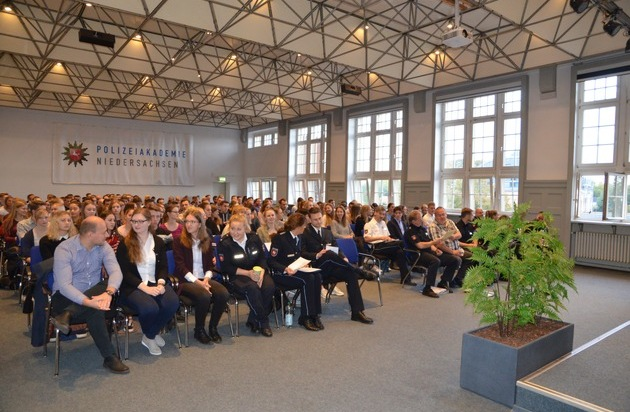 Pol Ak Ni 1220 Neue Polizeikommissaranwärterinnen Und