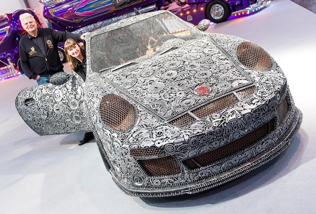 """Dieser Porsche ist »Heavy Metal« - knapp 1.300 Kilogramm bringt der GT3 RS auf die Waage. Seit 15 Jahren kreiert das Team der »Giganten aus Stahl« Skulpturen aus Altmetall. Vier Monate brauchte das drei Mann starke Team, um den Sportwagen aus circa 20.000 Teilen zusammenzuschweißen. Armin Ciesielski und Steffi Glück haben viel Wert aufs Detail gelegt: Die Sitze sind verstellbar, die Türen können geöffnet werden, und sogar der Motor wurde aus Altmetall nachgebaut. Dieses und weitere Crazy Cars erwarten Besucher und Fans auf dem PS-Festival Essen Motor Show vom 1. bis zum 9. Dezember (30. November: Preview Day) in der Messe Essen.  --- 28-11-2018/Essen/Germany Foto: Rainer Schimm/©MESSE ESSEN GmbH --- Die Messe Essen haftet nicht für Verletzung von Rechten abgebildeter Personen und/oder Objekten. Es werden durch die Messe Essen keine Persönlichkeits-, Eigentums-, Kunst-, Marken- oder ähnliche Rechte eingeräumt, die Einholung der o.g. Rechte obliegt allein dem Nutzer. Der Verkauf und die Weitergabe der Bilddatei an Dritte sowie das nicht-autorisierte Kopieren oder sonstige Vervielfältigen dieser Bilddatei auf alle Arten von Datenträgern ist nicht gestattet.  --- Messe Essen will not be liable for the infringement of rights of depicted people and/or objects. Messe Essen will not grant any personality, ownership, artistic, trademark or similar rights. The user alone will be responsible for obtaining the above rights. It will not be allowed to sell or pass on the picture file to third parties or to copy or otherwise duplicate this picture file on to any types of data carriers without authorisation. Weiterer Text über ots und www.presseportal.de/nr/50637 / Die Verwendung dieses Bildes ist für redaktionelle Zwecke honorarfrei. Veröffentlichung bitte unter Quellenangabe: """"obs/Messe Essen GmbH/Rainer Schimm/MESSE ESSEN"""""""