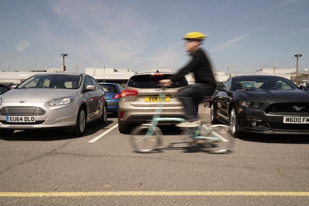 """Gemäß einer Umfrage unter 2.000 britischen Autofahrern werden vier der fünf schwierigsten Fahrmanöver mit Rückwärtsfahren assoziiert, darunter das Ein- und Ausparken. Gut zu wissen: Auf Wunsch macht der neue Ford Focus den Fahrer auf Gefahren aufmerksam, die um die Ecke lauern. Direkt oberhalb des Kfz-Heck-Kennzeichens befindet sich eine 180 Grad-Weitwinkel-Kamera mit """"Split View""""-Technologie. Beim Einlegen des Rückwärtsgangs erscheint auf dem Touchscreen des Audio- oder Navigationssystems automatisch das von der Rückfahrkamera übertragene Bild. Der Fahrer kann somit Hindernisse oder Verkehrsteilnehmer wie etwa andere Kraftfahrzeuge, Fußgänger oder Radfahrer auf beiden Seiten hinter dem eigenen Fahrzeug wahrnehmen. Auf der Monitor-Anzeige werden darüber hinaus spezielle grafische Symbole für die Breite und Mittellinie des Fahrzeugs angezeigt, die unter Berücksichtigung des Lenkwinkels errechnet werden - das Manövrieren wird sicherer und einfacher. Weiterer Text über ots und www.presseportal.de/nr/6955 / Die Verwendung dieses Bildes ist für redaktionelle Zwecke honorarfrei. Veröffentlichung bitte unter Quellenangabe: """"obs/Ford-Werke GmbH"""""""