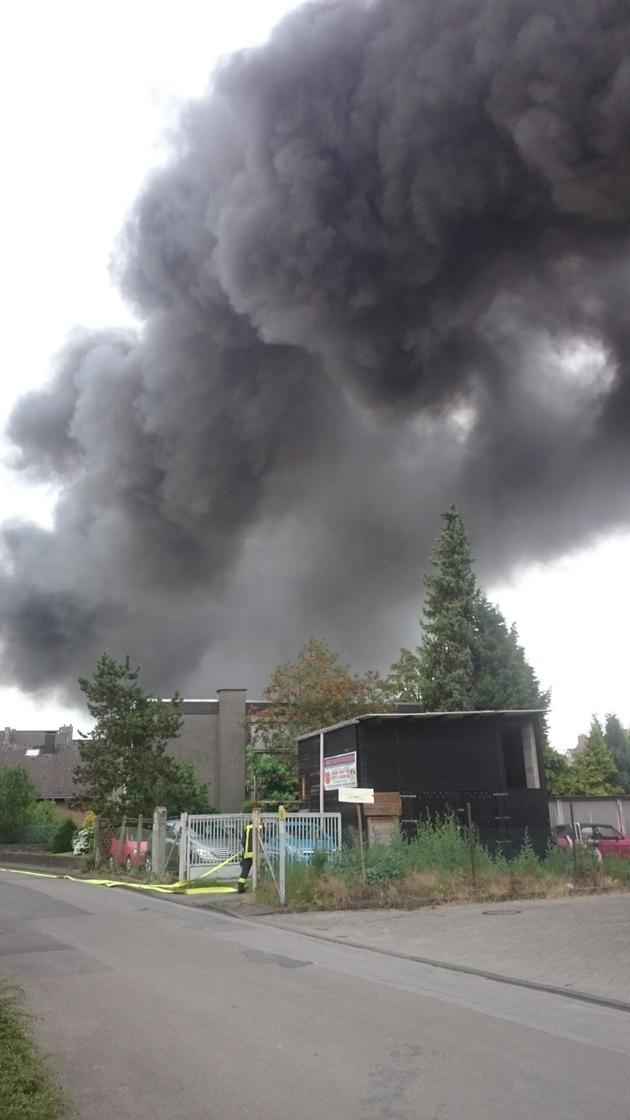 FW-MG: Brand in einem leerstehenden Industriekomplex