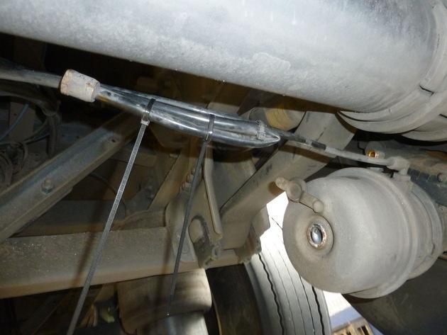 vorsätzlich abgeklemmte Zuleitung zum Bremszylinder