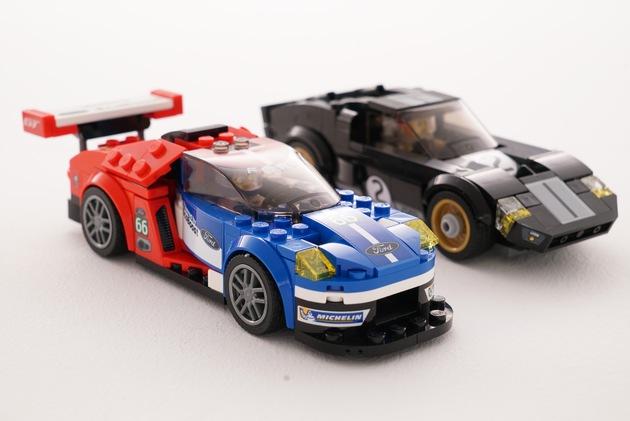 """Bei der Entwicklung der beiden Bausätze des Ford GT40 und Ford GT arbeiteten die Designer des Automobilherstellers eng mit den Spezialisten von LEGO zusammen. Das Ergebnis sind zwei überraschend realitätsnahe Rennwagen, die nicht nur kleine Spielkinder begeistern. Weiterer Text über ots und www.presseportal.de/nr/6955 / Die Verwendung dieses Bildes ist für redaktionelle Zwecke honorarfrei. Veröffentlichung bitte unter Quellenangabe: """"obs/Ford-Werke GmbH"""""""