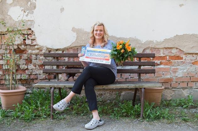 Entspannte Freude: Michaela aus Tharandt freut sich über ihren Gewinn. Foto: Postcode Lotterie/Marco Urban