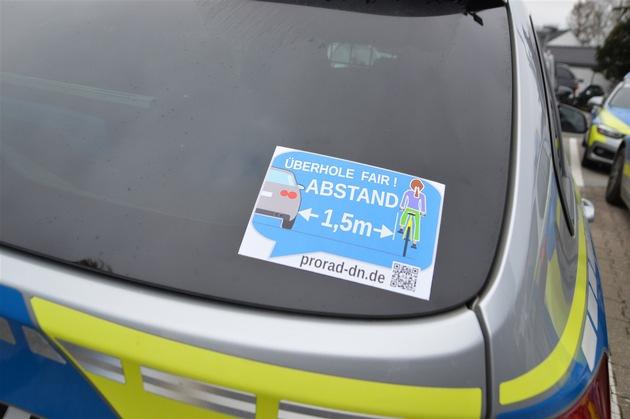 Polizeiwagen mit Aufkleber