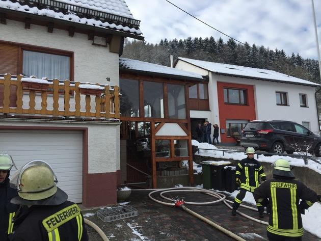 FW-OE: Zimmerbrand - Rauchmelder warnt Bewohner