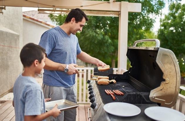 Zu Hause sicher grillen und Qualmbelästigung minimieren / Warum Flüssiggas-Grills gerade jetzt ihre besonderen Vorteile unter Beweis stellen