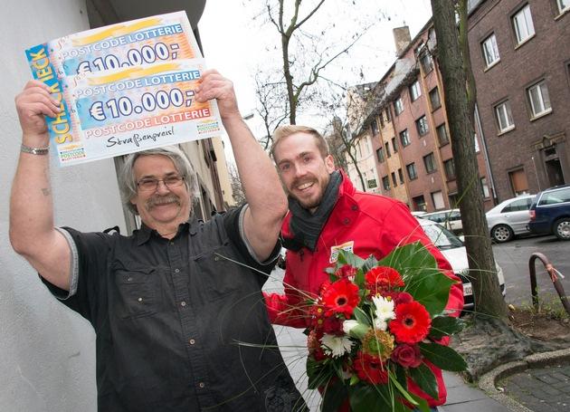 Zwei Schecks, zweimal 10.000 Euro! Postcode-Moderator Felix Uhlig freut sich zusammen mit Heinrich aus Duisburg. Foto: Postcode Lotterie/Wolfgang Wedel