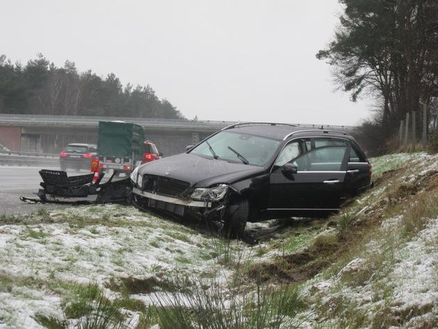 verunfallter Mercedes-Kombi auf der A1 bei Reeßum