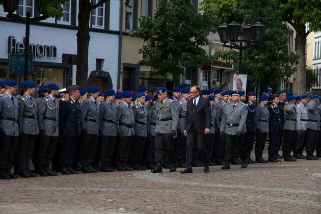 Generalstabsarzt Dr. Schoeps und der Oberbürgermeister der Stadt Andernach schreiten die angetretene Formation ab.