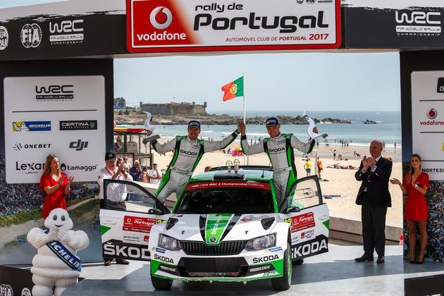 """SKODA bei der Rallye Portugal: Nach sechs Läufen führen Pontus Tidemand/Jonas Andersson (SKODA FABIA R5) überlegen in der Rallye-Weltmeisterschaft (WRC 2). Weiterer Text über ots und www.presseportal.de/nr/28249 / Die Verwendung dieses Bildes ist für redaktionelle Zwecke honorarfrei. Veröffentlichung bitte unter Quellenangabe: """"obs/Skoda Auto Deutschland GmbH/McKlein"""""""