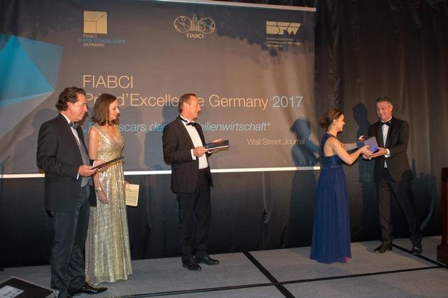 Steffi Strenger, Regionalleitung Baustolz München, nimmt den Fiabci Sonderpreis für das Projekt Arkadien Poing von Gunther Adler, Staatssekretär BMUB, entgegen.