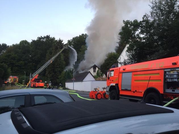 Durch einen Außenangriff mihilfe der Drehleiter und drei Atemschutztrupps konnte das Feuer schnell unter Kontrolle bekommen werden