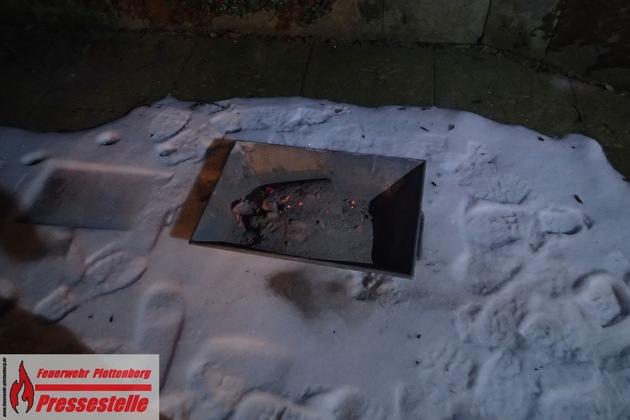 Die Feuerwehr entfernte die heiße Asche und Russstücke aus dem Kamin