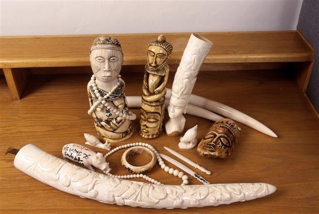 (c) IFAW/D Willetts Konfiszierte Elefantenbeinschnitzereien wie diese werden auch als angeblich antikes Elfenbein in der EU verkauft.