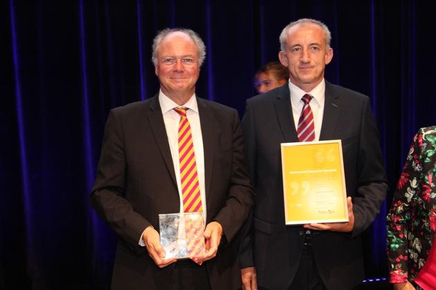 Stolz präsentieren Hermann Roder und Hubert Knittel den Institutionenpreis des Kulturpreis Deutsche Sprache