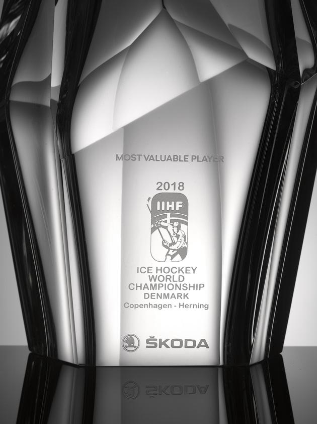 """SKODA Design entwirft Trophäe für den ,Most Valuable Player' der IIHF Eishockey-Weltmeisterschaft 2018: Die kunstvoll gestaltete Skulptur ist eine Hommage an die traditionsreiche Geschichte der böhmischen Glaskristallkunst. Weiterer Text über ots und www.presseportal.de/nr/28249 / Die Verwendung dieses Bildes ist für redaktionelle Zwecke honorarfrei. Veröffentlichung bitte unter Quellenangabe: """"obs/Skoda Auto Deutschland GmbH"""""""