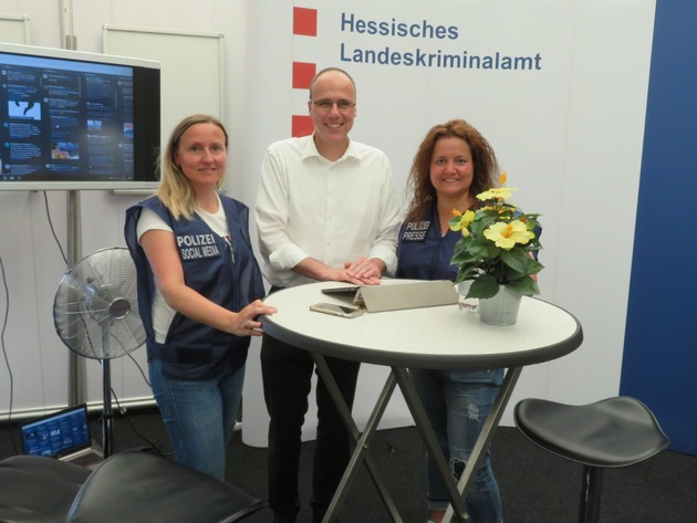 Innenminister Peter Beuth mit Social Media-Team OH