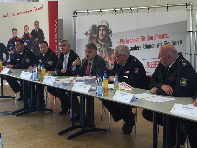 Pressekonferenz bei der Feuerwehr Bergisch Gladbach mit NRW-Innenminister Herbert Reul