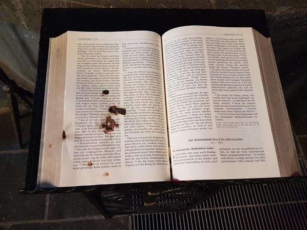 Brandschäden an Heiliger Schrift