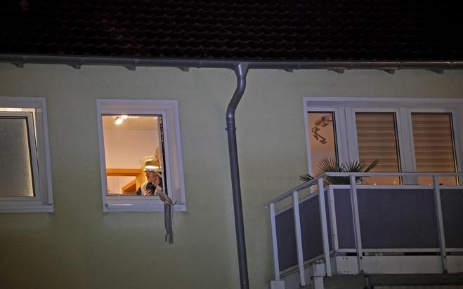 Die Scheibe des geschlossenen Küchenfensters barst und fiel gesplittert hinab auf eine Grünfläche. Foto: Mike Filzen