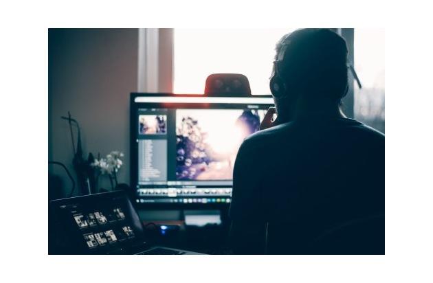 Süchtig nach Computerspielen: Betroffene können jetzt leichter frühzeitig Hilfe bekommen (Photo by Glenn Carstens-Peters on Unsplash)