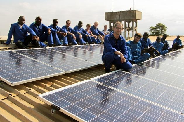 Prof. Dr. Thorsten Schneiders (vorne) rüstete 2016 mit deutschen und ghanaischen Studierenden ein Krankenhaus in Akwatia mit Photovoltaik aus. (Foto: Thorsten Schneiders / TH Köln)