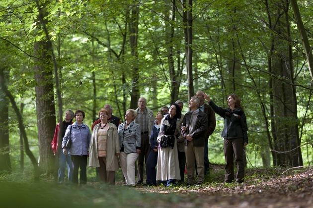 Die Försterin führt Interessierte durch den Wald