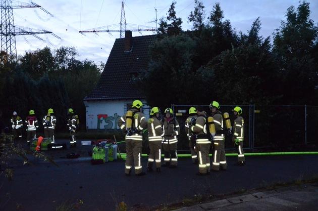 Brand in leerstehenden Haus an der A52 / Broichhofstr.in Ratingen West. Fotos: Feuerwehr Ratingen