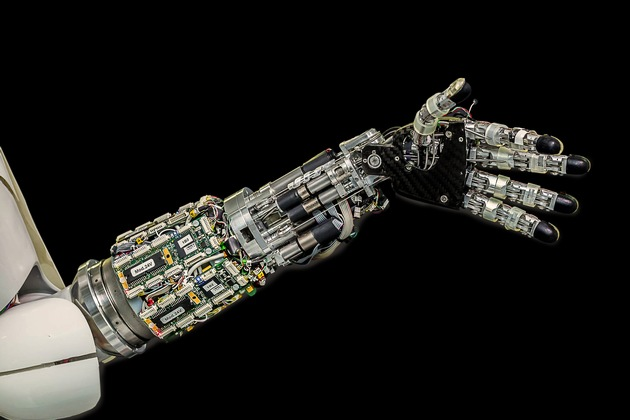 """Roboter können dem Menschen ähneln. Wie weit kann und soll die Unterstützung durch Roboter in der modernen Arbeitswelt reichen? / Weiterer Text über ots und www.presseportal.de/nr/103969 / Die Verwendung dieses Bildes ist für redaktionelle Zwecke honorarfrei. Veröffentlichung bitte unter Quellenangabe: """"obs/Bundesanstalt für Arbeitsschutz und Arbeitsmedizin/Uwe Voelkner / Fotoagentur FOX"""""""
