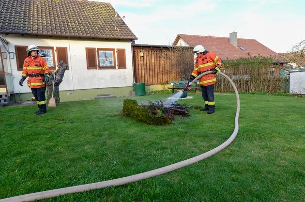 KFV-CW: Brennende Tujahecke setzt fast Haus in Brand.