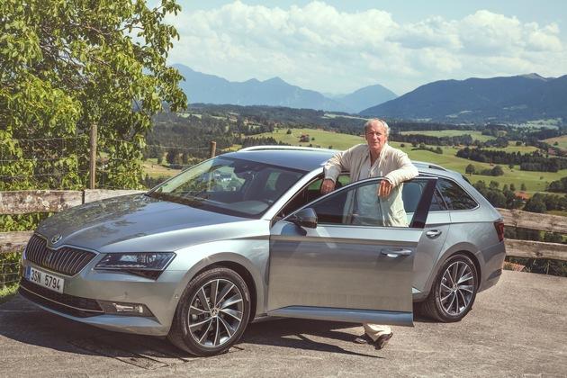 Charakterdarsteller trifft Raumriesen: August Zirner testet neuen SKODA Superb Combi