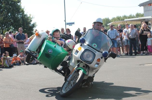 Die Fahrt mit dem Polizei-Beiwagenmotorrad ist für die Kinder ein besonderes Erlebnis beim Sommerfest im Polizeioldtimer Museum in Marburg (Foto: Dersch)