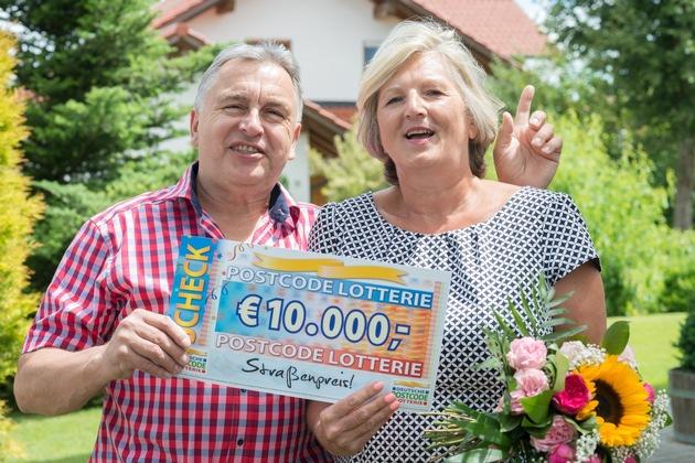 Pure Postcode-Freude: Gerd und seine Ehefrau Gabriele freuen sich über die 10.000 Euro. Foto: Postcode Lotterie/Wolfgang Wedel